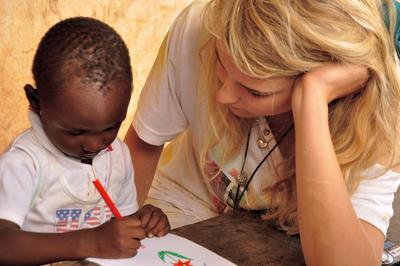 Une volontaire lors d'une mission de bénévolat avec des enfants à l'étranger