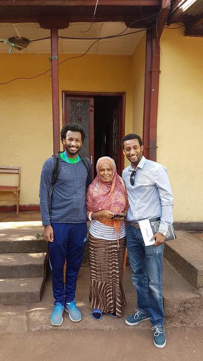 Des volontaires avec une élève adulte lors d'une mission d'enseignement du français en Ethiopie