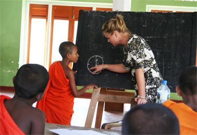 Volontaire donnant un cours aux enfants