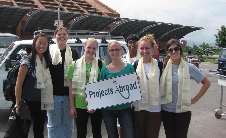 Un groupe de volontaires à son arrivée à l'aéroport au Népal