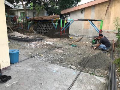 Un ouvrier prépare le site du challenge construction de Projects Abroad aux Philippines