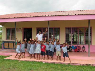 Photo de groupe des élèves d'une classe dans une école aux Fidji où a lieu une de nos missions humanitaire
