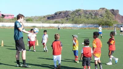 Un volontaire encadre un entrainement de football avec des élèves lors de sa mission d'encadrement sportif au Belize