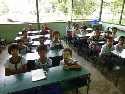 Des élèves en classe dans une école monastique à Dala en Birmanie