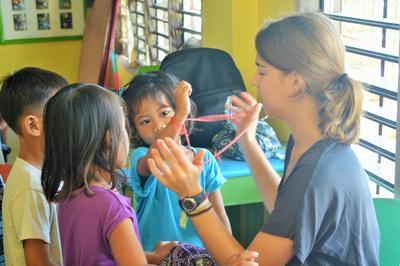 Une volontaire fait des jeux avec des élèves dans une école aux Philippines
