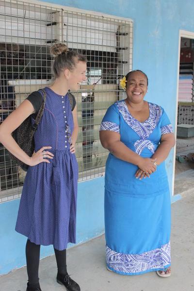une volontaire en chantier humanitaire et village communautaire aux Samoa