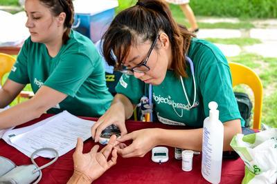 Une volontaire effectue un check-up lors de son chantier en médecine aux Philippines