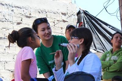 Une volontaire accompagne une professionnelle dans une campagne de soins au Belize