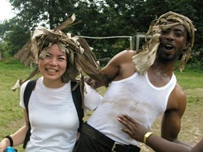 Une volontaire avec un local lors d'une mission de volontariat au Ghana