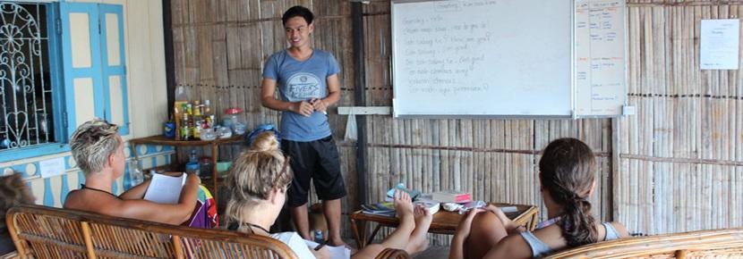 Trois volontaires assistent à des cours de langue à l'étranger