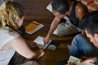 Deux volontaires et un local lors d'un cours de langue khmère au Cambodge