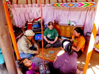 Une volontaire passe du avec sa famille d'accueil en Mongolie