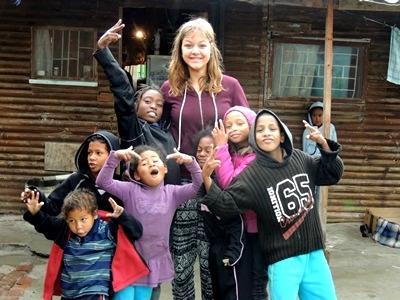 Volontaire en train de construire un bâtiment communautaire