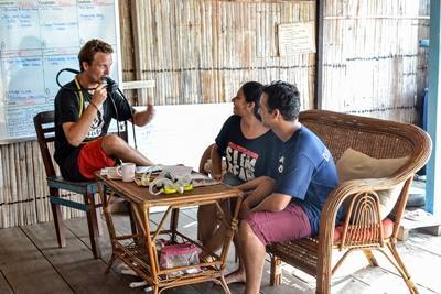 Un plongeur professionnel donne un cours de plongée en dehors de l'eau à des volontaires au Cambodge