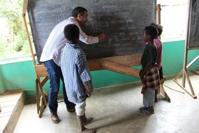 Un membre du staff travaille sur un projet humanitaire