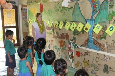 Une volontaire enseigne l'alphabet dans la cadre d'une mission enseignement