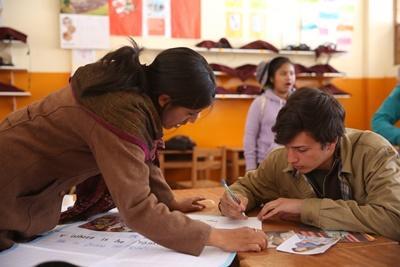 Un volontaire travaille avec une enseignante sur un cours d'anglais au Pérou