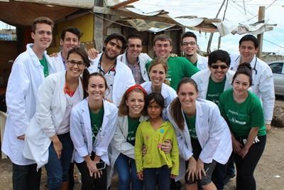 Un groupe de volontaires pose en blouses blanches