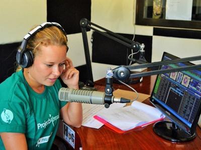Volontaire en tarin d'animer une émission radio aux Philippines