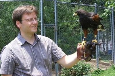 Homme avec un oiseau sur le bras
