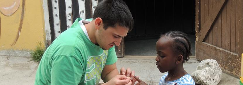 Un volontaire en mission de bénévolat à l'étranger en Afrique du Sud