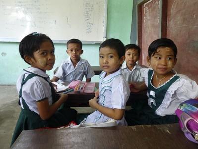 Trois jeunes filles dans une classe en Birmaniee