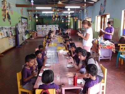 Une volontaire s`occupe des enfants dans un centre d`acceuil
