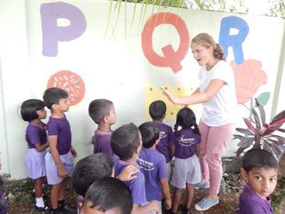 Une volontaire enseigne l`alphabet à des enfants, au Sri Lanka