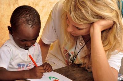 Une volontaire avec un enfant lors d'une mission humanitaire à l'étranger