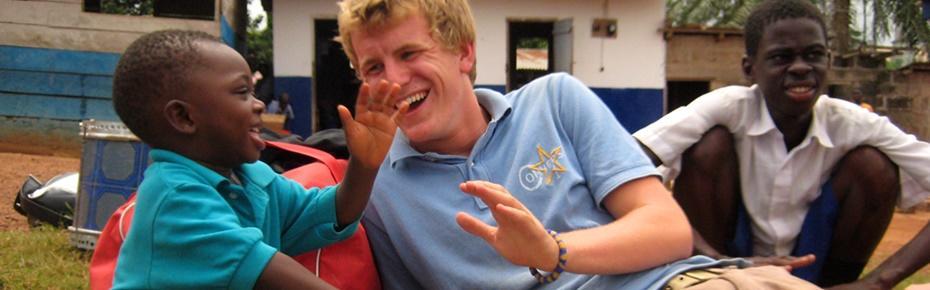 Un volontaire en mission humanitaire à l'étranger