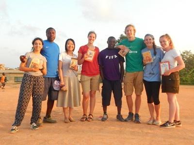 Des volontaires participants au club de lecture lors de leur temps-libre