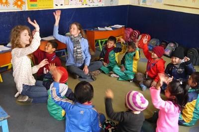 Dans une garderie à Patan au Népal, des volontaires jouent avec les enfants