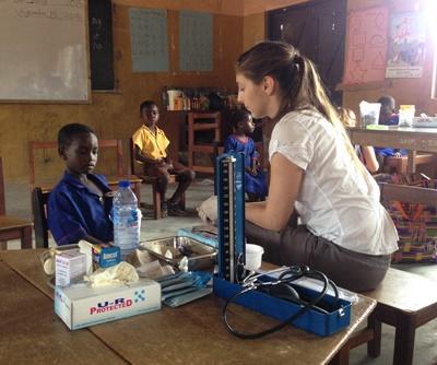 Une volontaire s'occupe d'un petit garçon lors de sa mission en santé publique au Ghana
