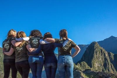 Quatre volontaires regardent un paysage au Pérou