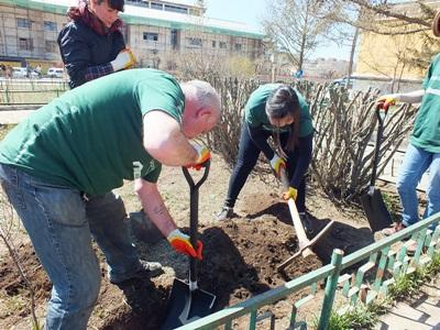 Des volontaires Projects Abroad plus âgés plantent un arbre lors de leur mission du programme pour les aînés.