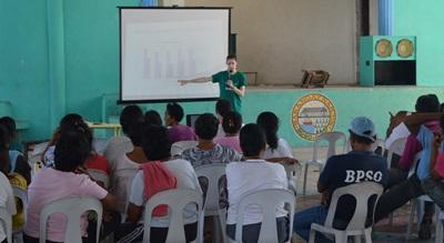 La communauté locale écoute une présentation en médecine donnée par une stagiaire de Projects Abroad