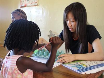 Une Ergothérapeute volontaire enseigne à une élève au Kenya.