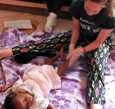 Une volontaire s'occupe d'un enfant en projet ergothérapie