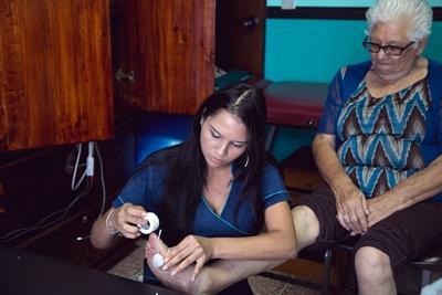Volontaire s'occupant d'une patiente au Costa Rica