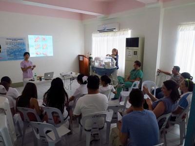 Les stagiaires de Projects Abroad en médecine et soins de la santé écoutent la présentation donnée par une autre stagiaire de la structure médical aux Philippines, en Asie du Sud-Est