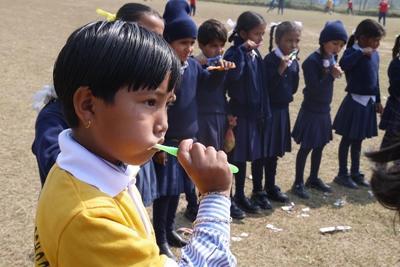 Les volontaires montrent aux enfants Népalais l'importance de l'hygiène dentaire