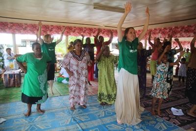 Une volontaire donne des cours de danse aux Samoa, dans le cadre du projet nutrition