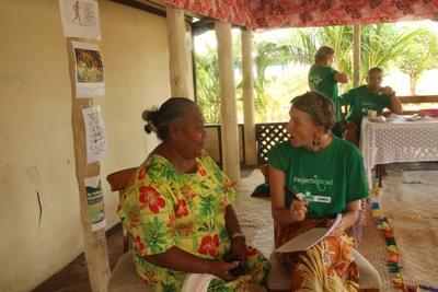 Une volontaire participe au projet de nutrition et interroge une femme sur ses habitudes alimentaires
