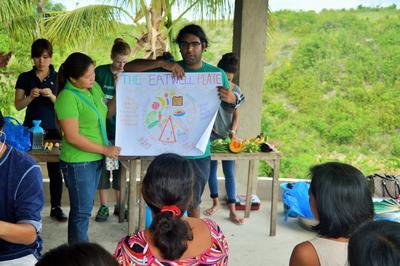Un volontaire en médecine et santé présente un atelier de sensibilisation