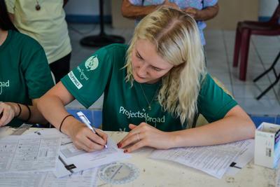 Une volontaire complète le profil d'un patient avant de l'enregistrer sur la base de données en ligne