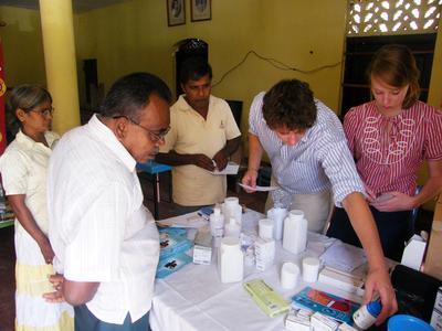 Un volontaire entouré de professionnels de la santé lors de sa mission en pharmacie au Sri Lanka
