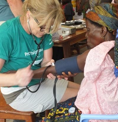Une volontaire lors d'une campagne de soins en santé publique au Togo