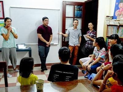 Des volontaires à Hanoi lors d'une présentation médicale
