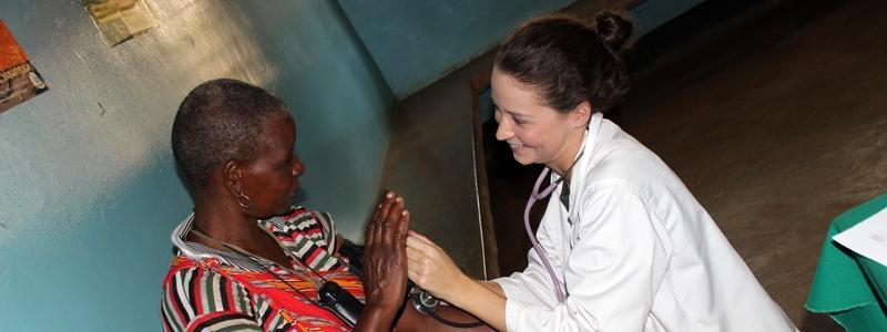 Une volontaire en mission humanitaire en soins infirmiers en Tanzanie
