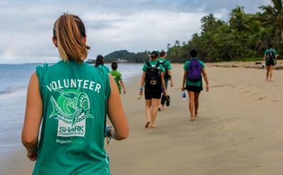 Un groupe de volontaires rentre après avoir nettoyé une plage au Fidji
